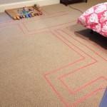 Usare dello scotch colorato per disegnare sul pavimento un'intricata pista per le macchinine