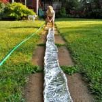 Si può creare un fiume in giardino. Come? Si costruisce un canale usando (un bel po') di stagnola.