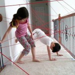 Piccoli ladri crescono. Con del filo rosso creare un'intricata rete che i bambini devono riuscire ad attraversare senza toccare i fili. Come in «Mission Impossible» con l'antifurto laser.