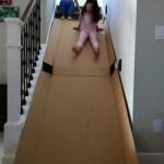 Uno scatolone di cartone aperto può trasformare una rampa di scale in uno scivolo al coperto. In caso di pioggia.